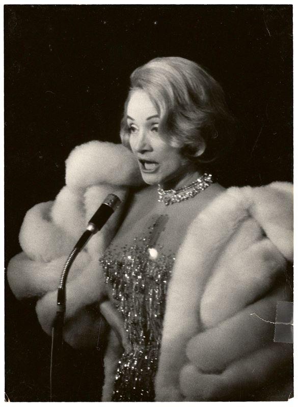Marlene Dietrich (Schöneberg (heute Berlin) 1901 – 1992 Paris)Konvolut aus 25 Briefen, 4 Fotografien