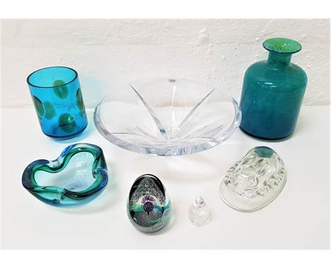 SELECTION OF DECORATIVE GLASSWAREincluding Rogaska crystal bowl, 33cm diameter; a Caithness 'Scotland the Brave' paperweight;