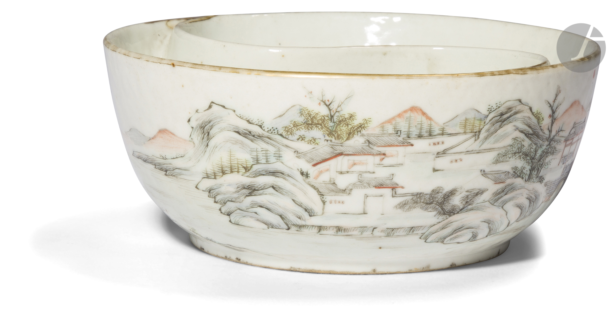 CHINE - XIXe siècle Coupe ronde à deux compartiments en porcelaine blanche émaillée polychrome et or