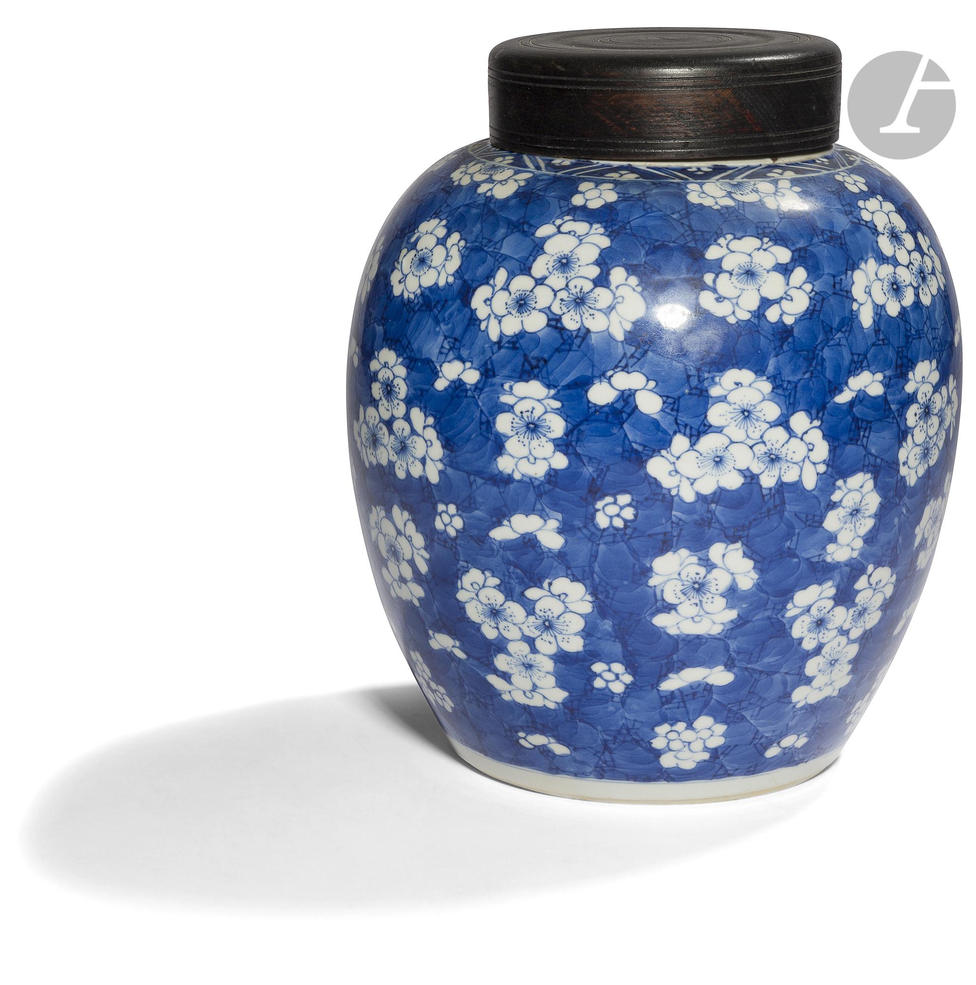 CHINE - XVIIIe siècle Pot à gingembre en porcelaine bleu blanc à décor de fleurs de prunus sur