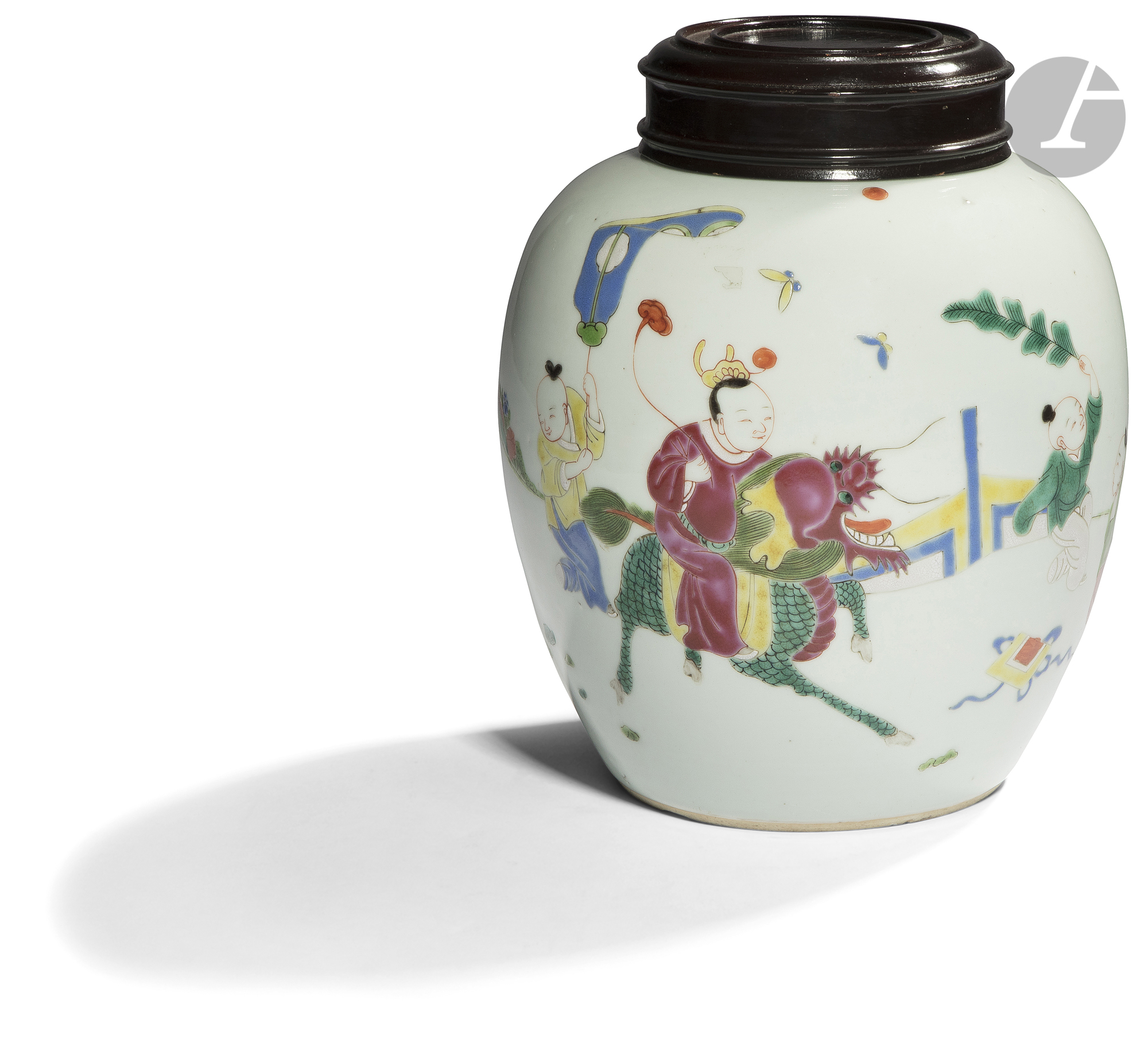 CHINE - XIXe siècle Pot à gingembre en porcelaine blanche émaillée polychrome à décor d'un homme sur
