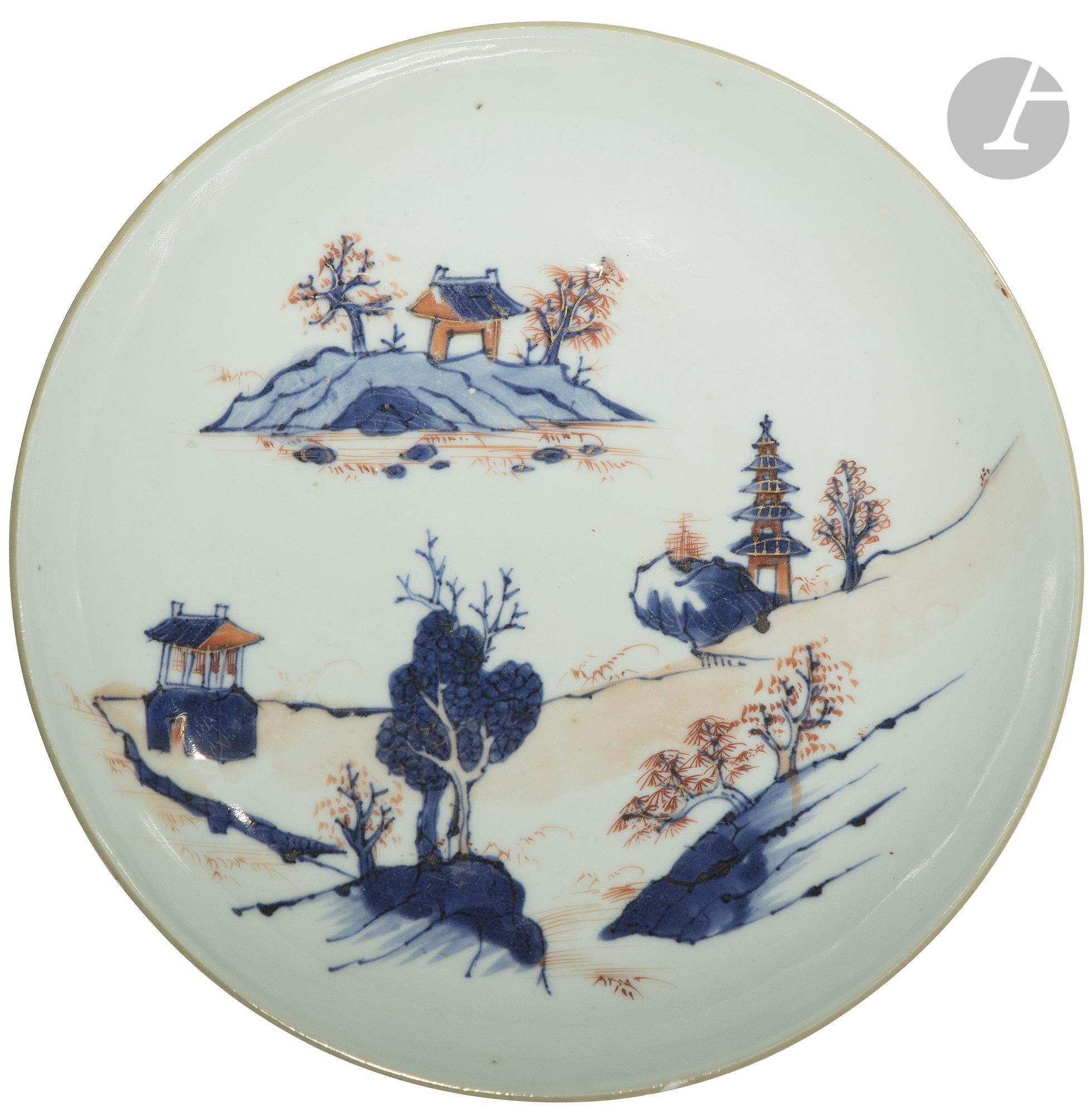 """CHINE - XVIIIe siècle Coupe en porcelaine à décor dit """" Imari """" en bleu sous couverte, rouge de"""