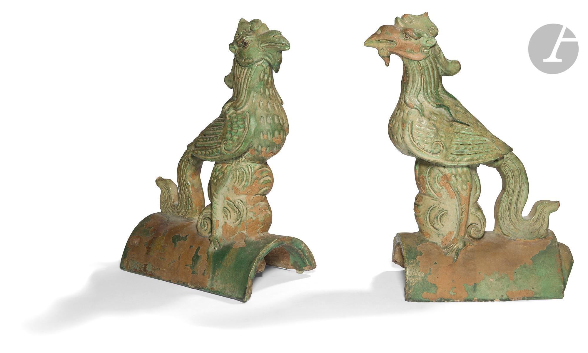 CHINE - Epoque MING (1368 - 1644) Paire de tuiles faîtières en grès émaillé vert formant deux phénix
