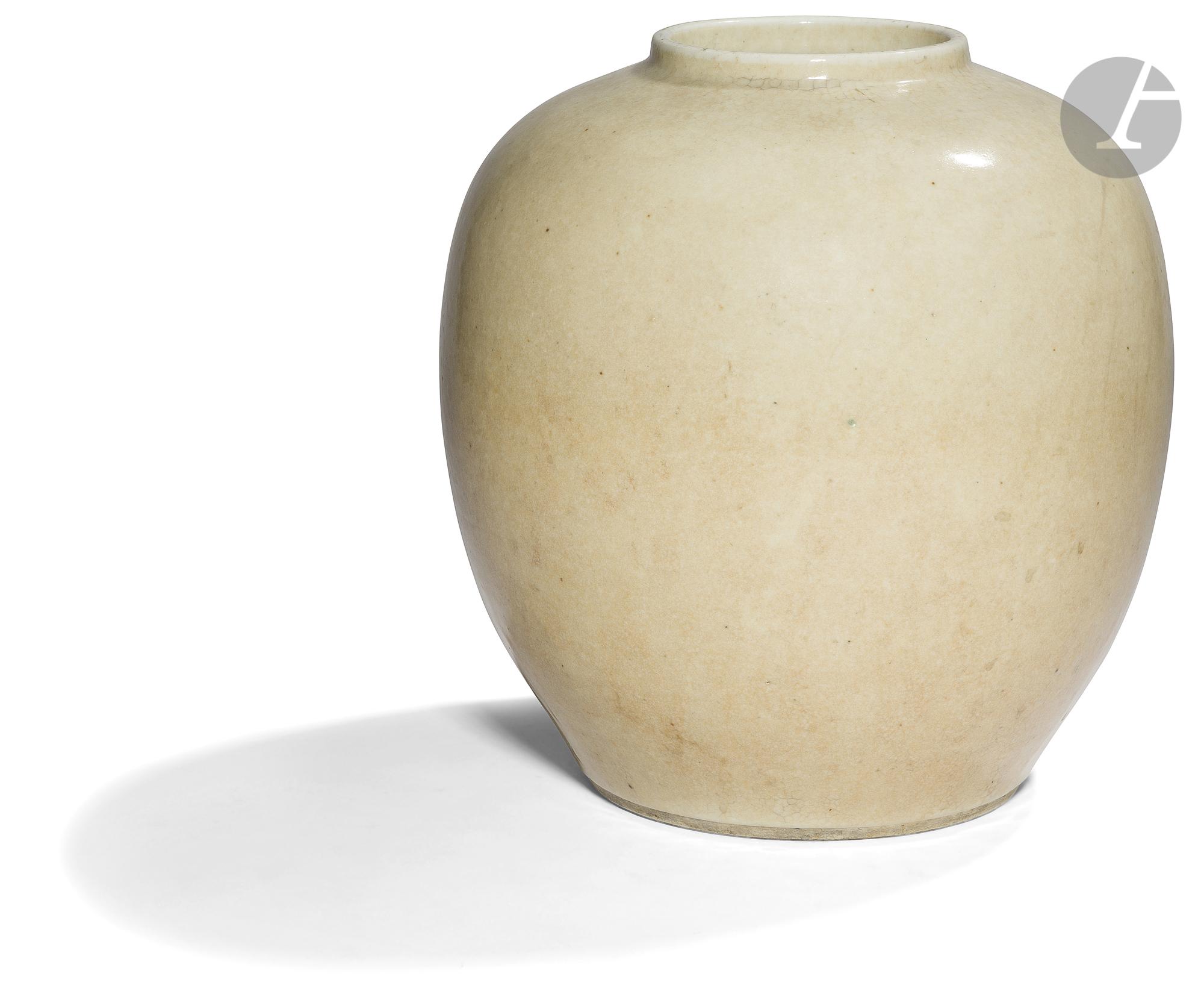 CHINE - XIXe siècle Pot en porcelaine émaillée beige légèrement craquelé. H. 26,5 cm