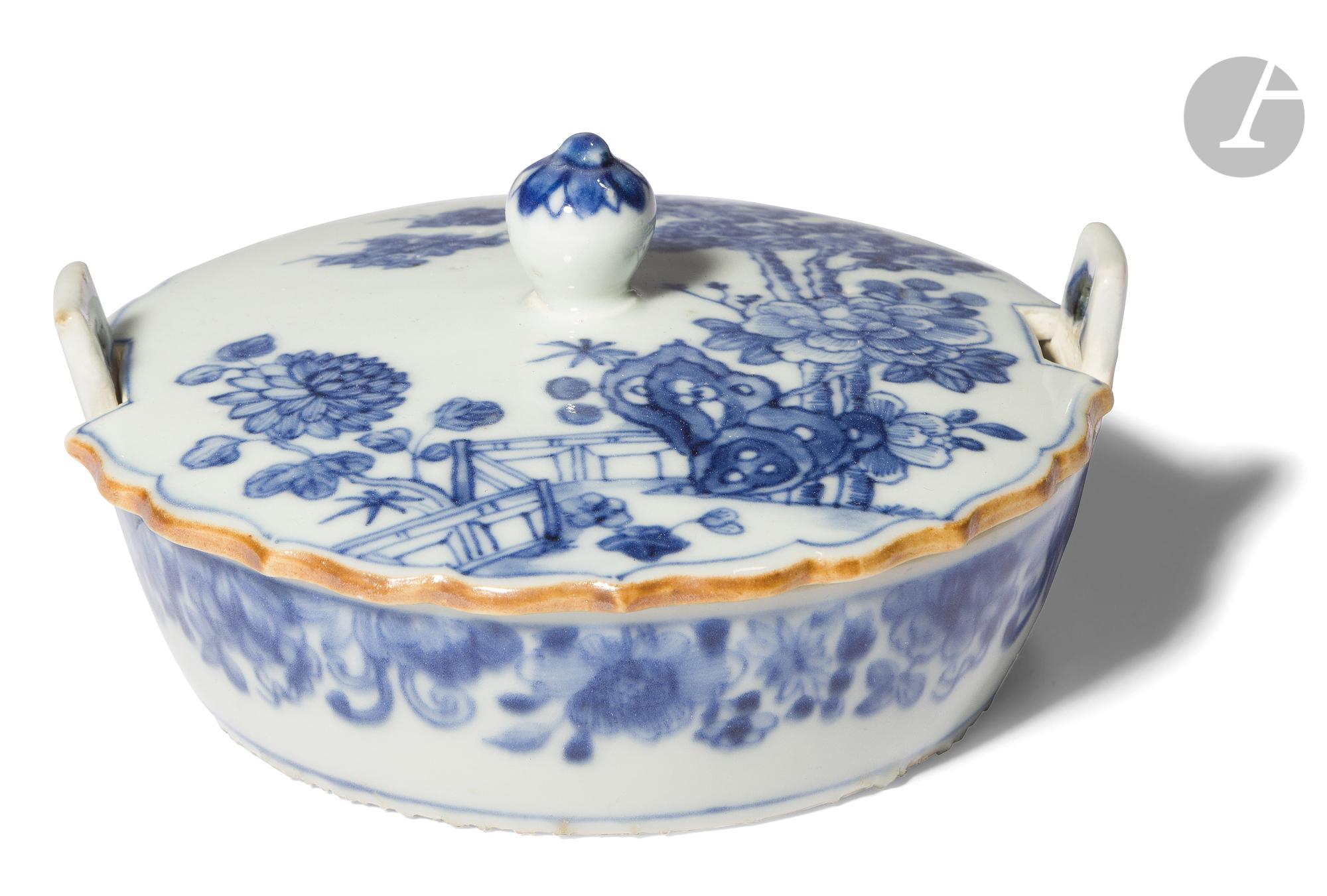 CHINE - XVIIIe siècle Petite coupelle ronde couverte à deux anses en bordure en porcelaine
