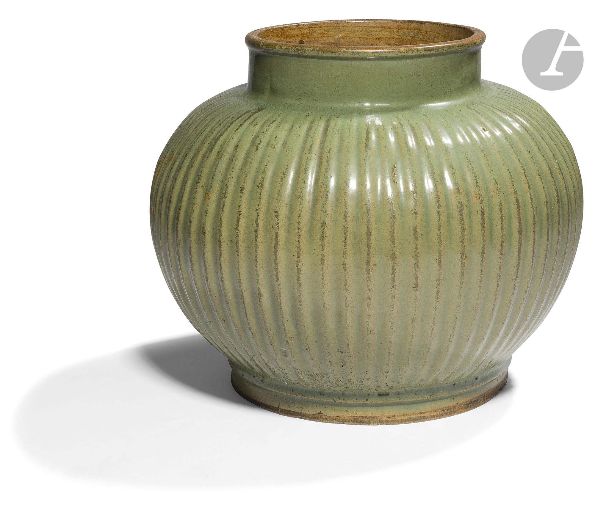 CHINE - XVIIIe siècle Pot en grès émaillé vert céladon pansu et côtelé. (Eclats en bordure de pied).