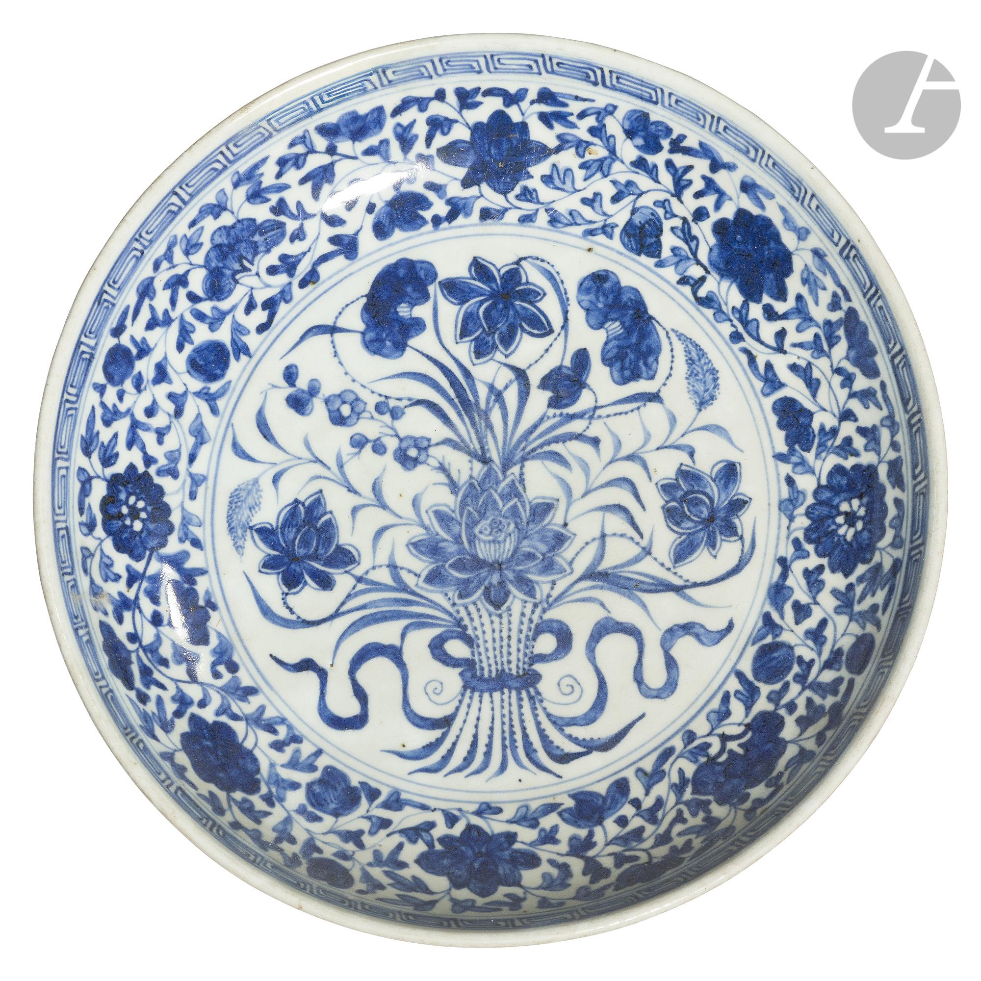 CHINE - XVIIIe siècle Plat creux en porcelaine blanche émaillée en bleu sous couverte dans un