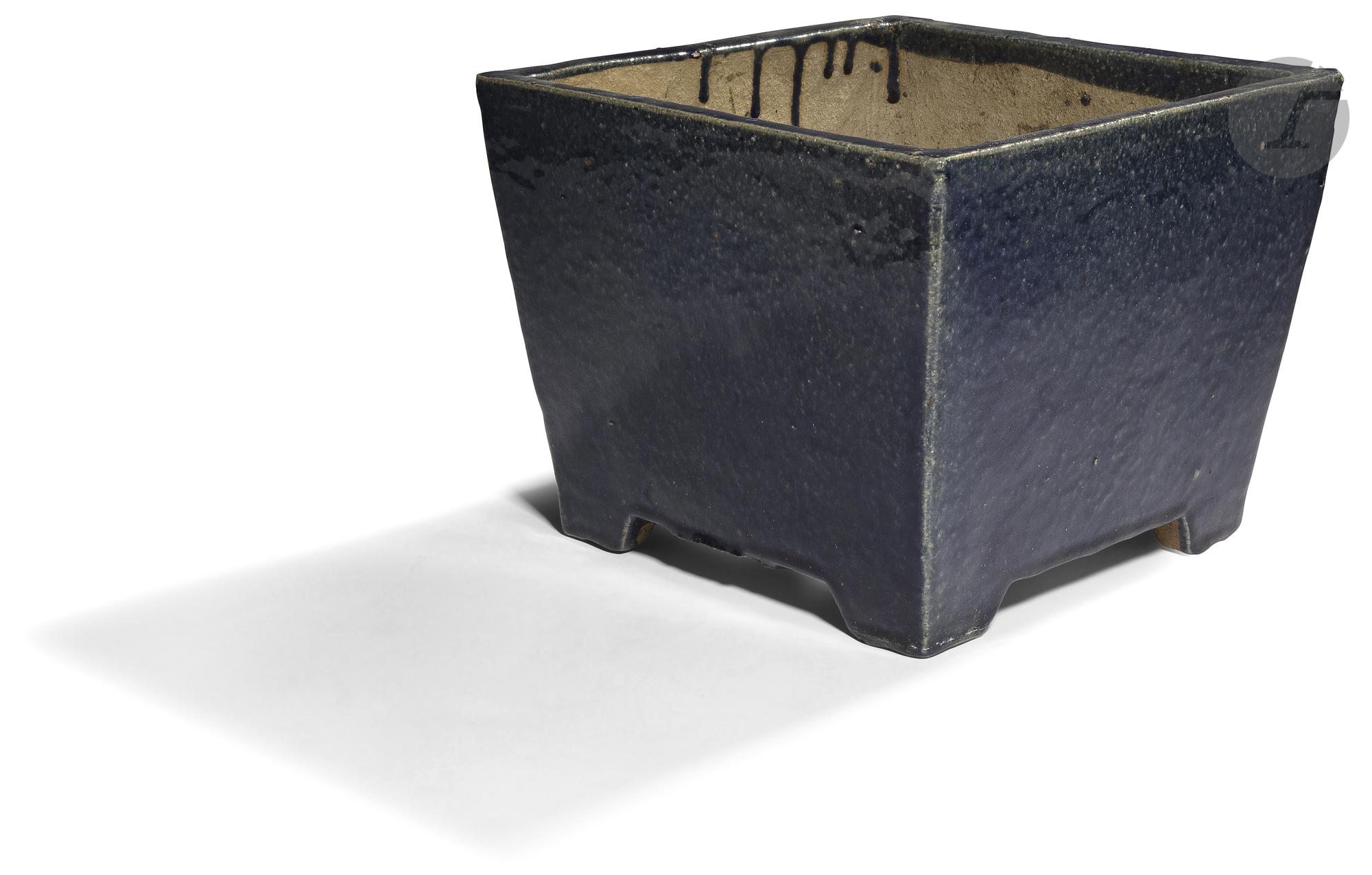 CHINE - XIXe siècle Cache-pot rectangulaire quadripode en porcelaine émaillée bleu. H. 20,1 cm
