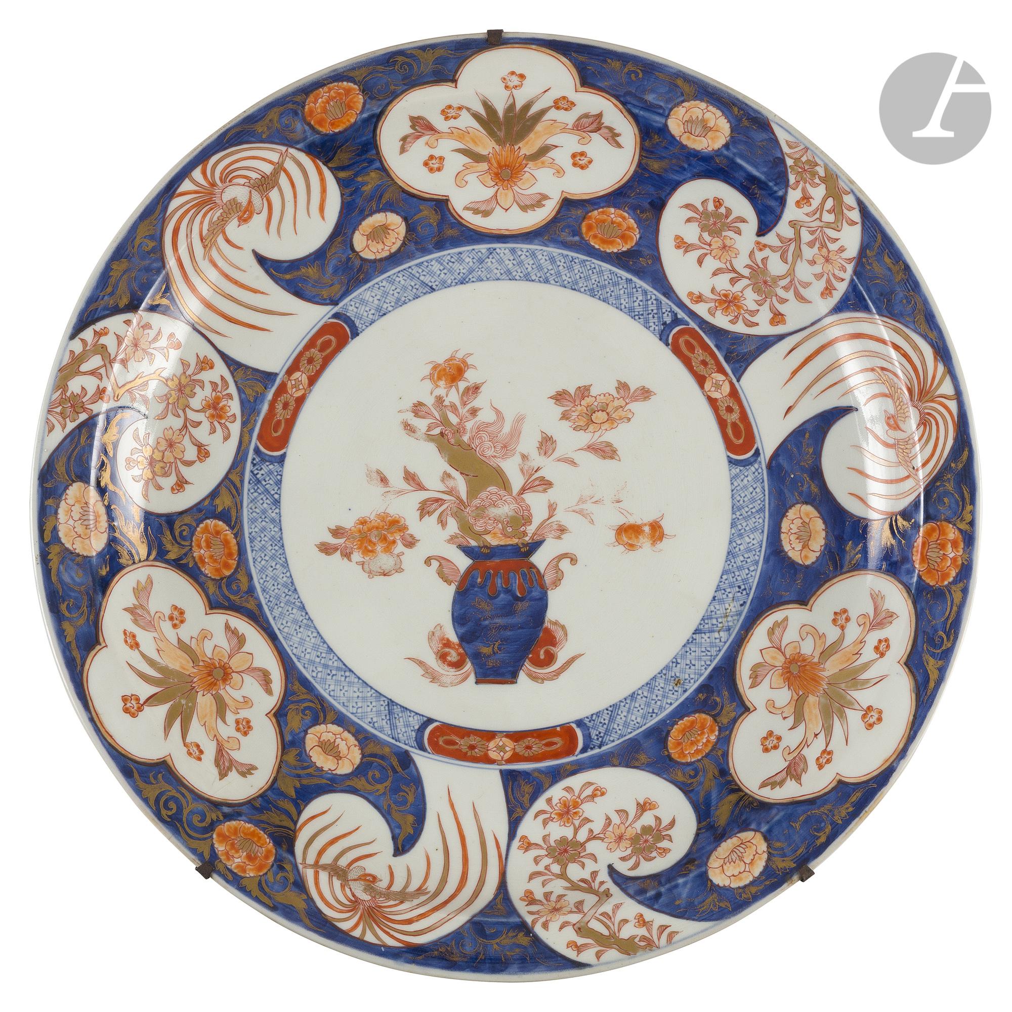 CHINE - Époque KANGXI (1662 - 1722) Plat rond en porcelaine émaillée polychrome dans le style