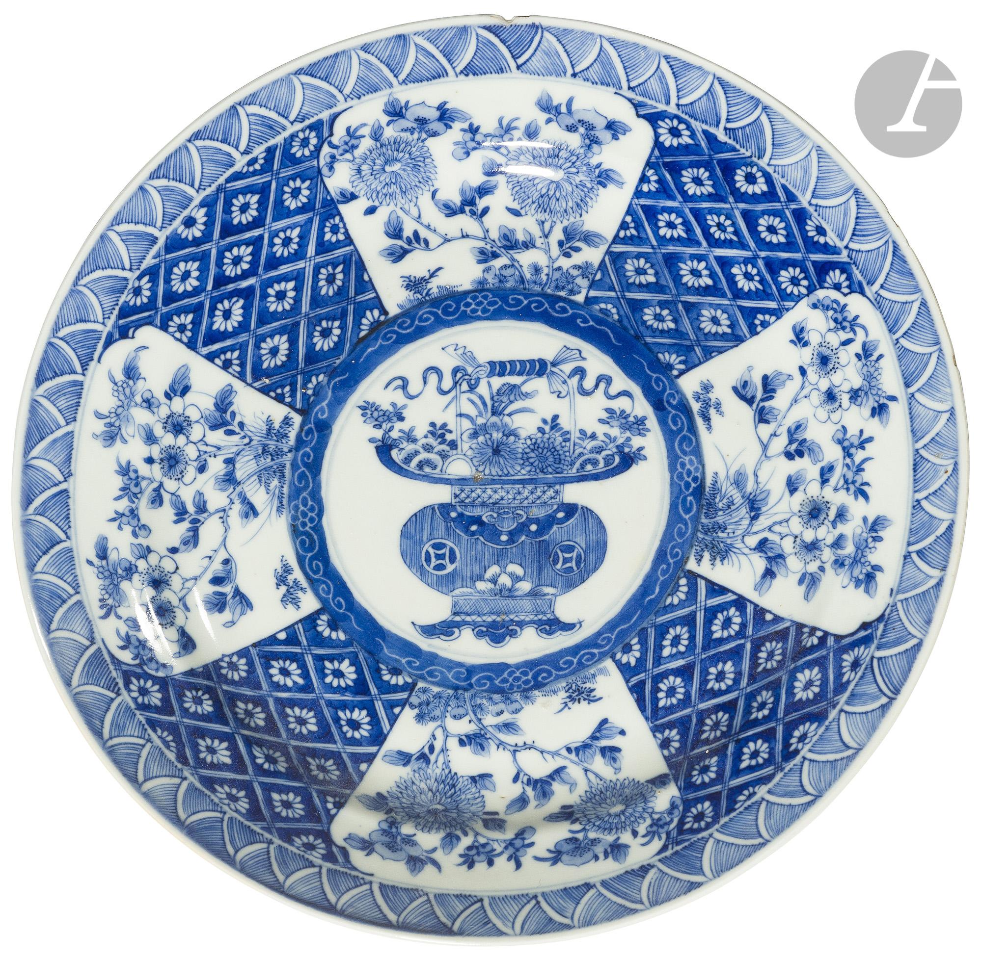 CHINE - Époque KANGXI (1662 - 1722) Paire de plats ronds en porcelaine blanche émaillée en bleu sous - Image 2 of 2