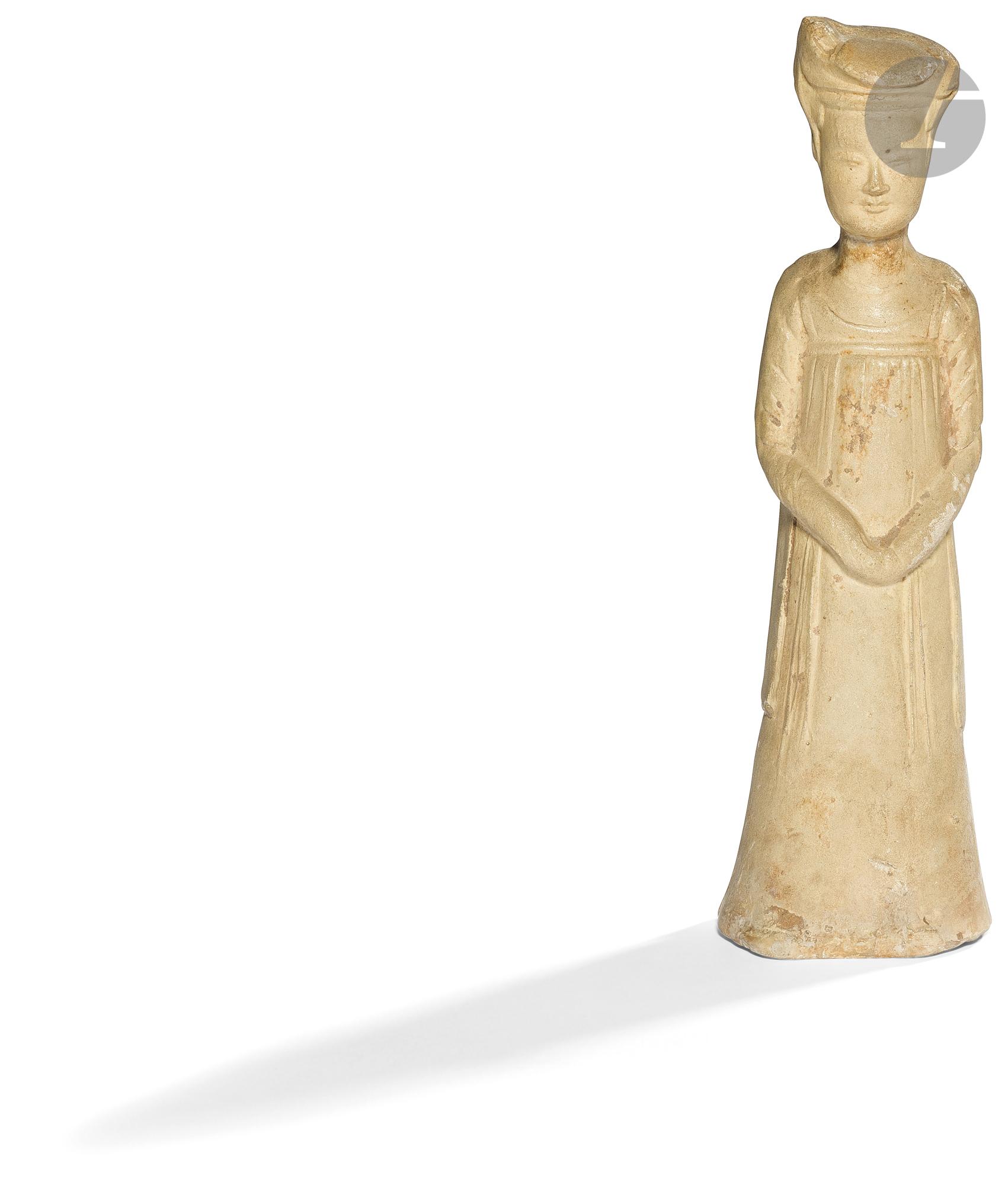 CHINE - Époque SUI (581 - 618) Statuette en terre cuite de femme de cour debout les mains jointes