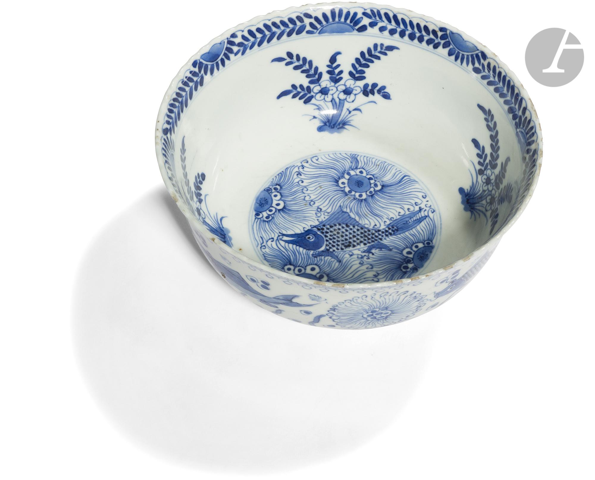 CHINE - Époque KANGXI (1662 - 1722) Bol à bordure chantournée en porcelaine blanche émaillée en bleu - Image 2 of 2