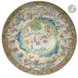 CHINE, Canton - XIXe siècle Bol à punch en porcelaine émaillée polychrome à décor de réserves ornées