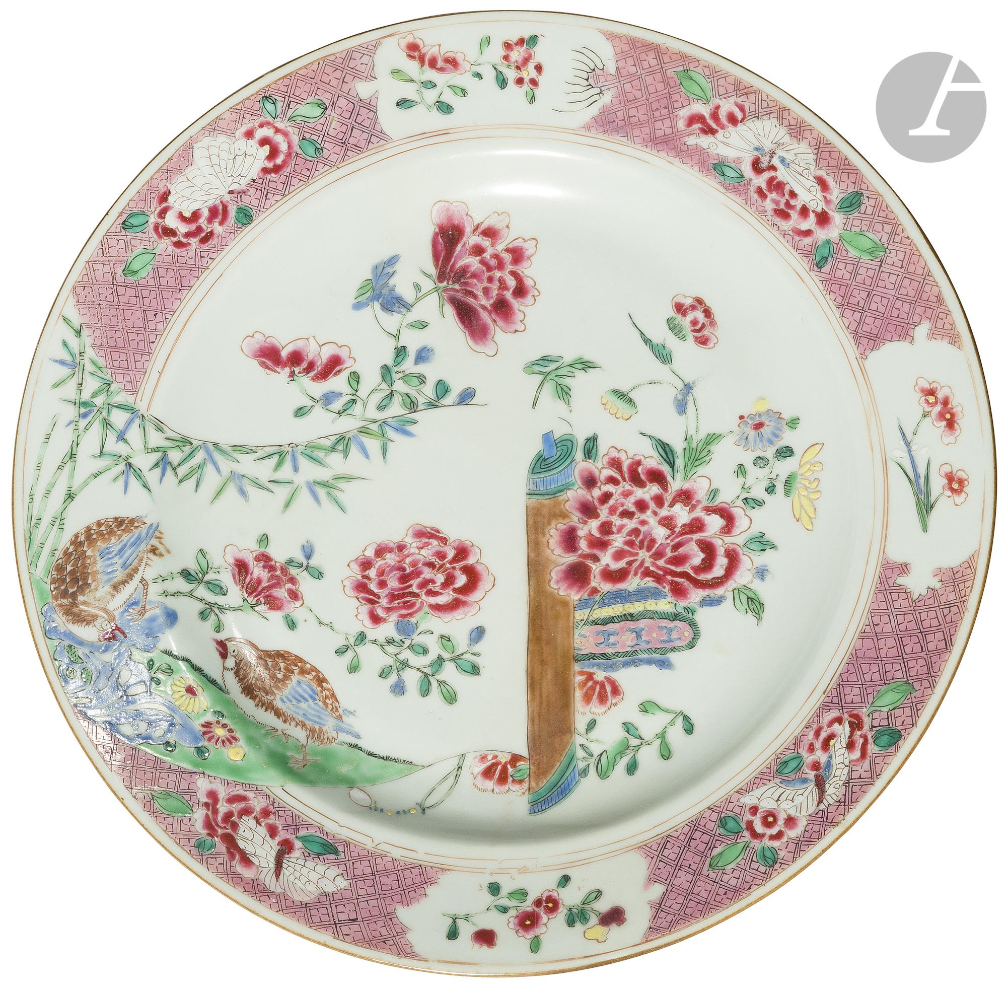 CHINE - XVIIIe siècle Plat en porcelaine émaillée polychrome des émaux de la famille rose à décor de