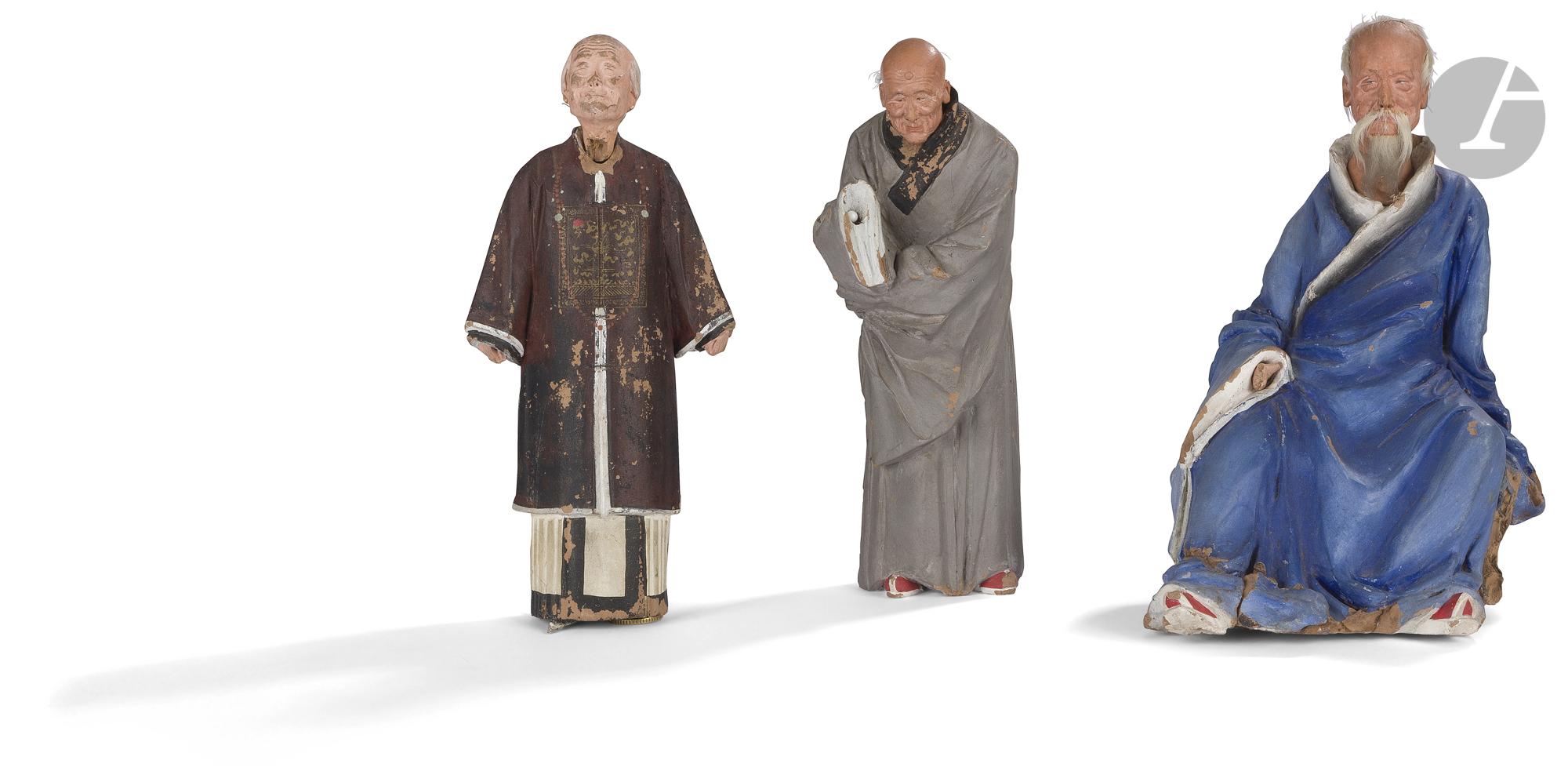 CHINE - XIXe siècle Trois statuettes de personnages en grès peint polychrome représentant des