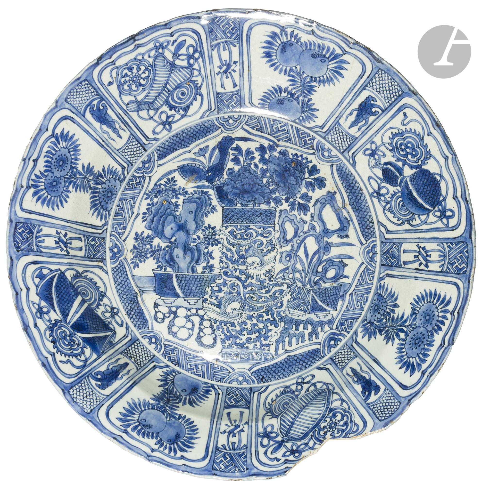 CHINE - Début XVIIe siècle Grand plat Kraak en porcelaine émaillée en bleu sous couverte à décor