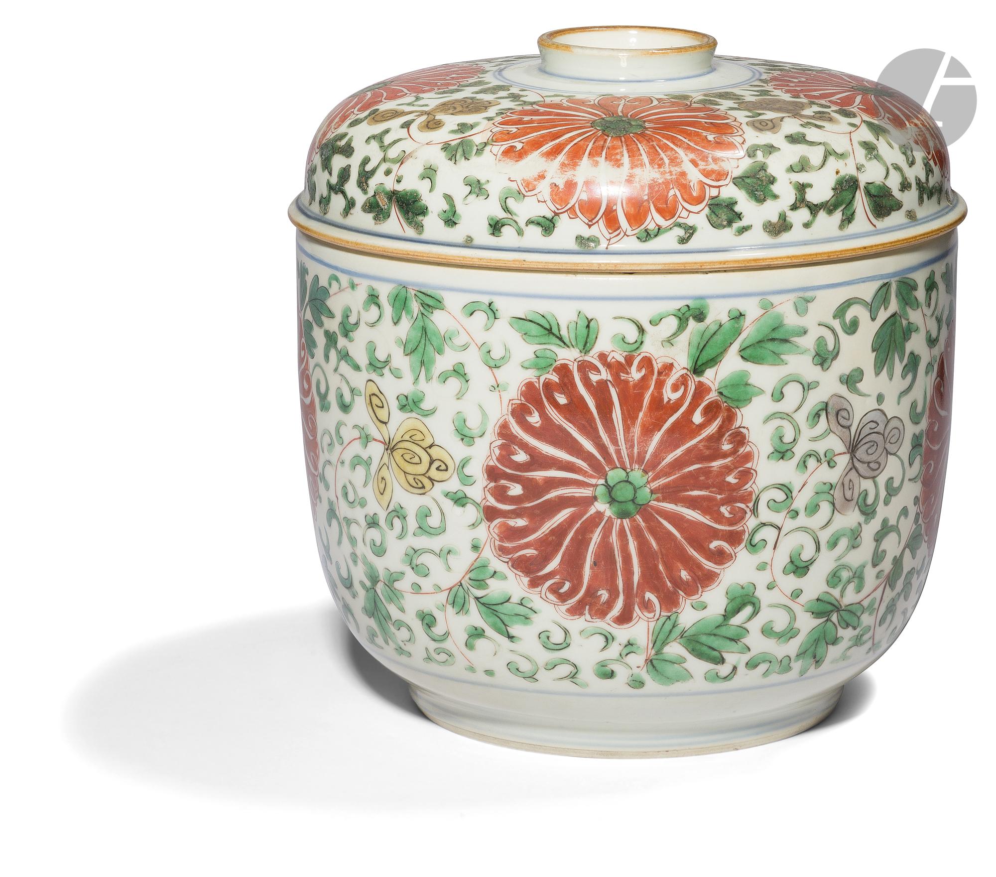 CHINE - XVIIIe siècle Pot couvert en porcelaine émaillée jaune, vert, aubergine et rouge de fer à