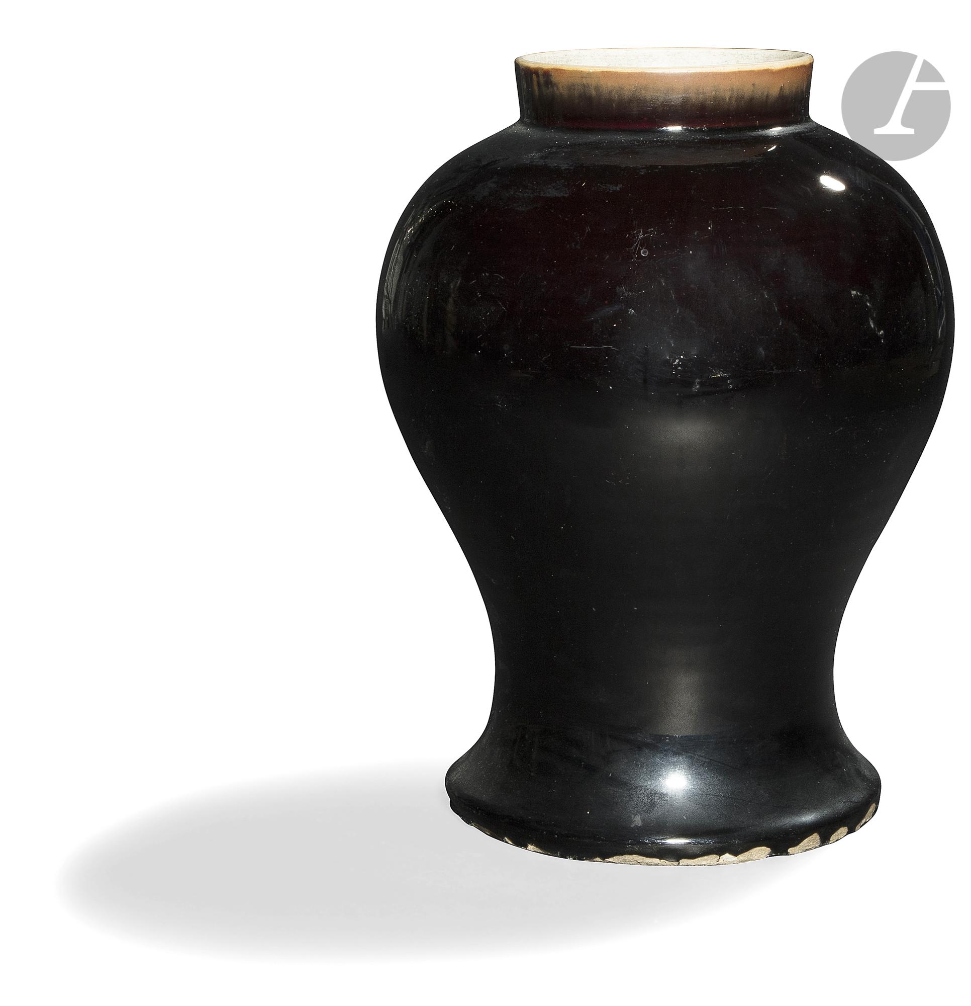 CHINE - XIXe siècle Vase balustre en porcelaine émaillée noire. (Bulle de cuisson). H. 36,5 cm