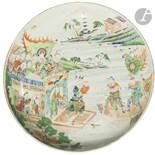 CHINE - XIXe siècle Plat rond en porcelaine émaillée polychrome à décor d'une scène des trois
