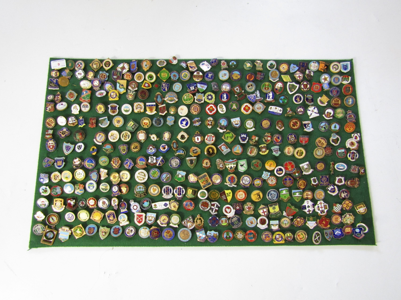 Lot 9 - A large quantity of bowling club lapel badges
