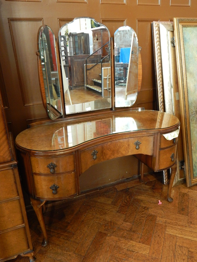 Queen Anne Style Walnut Veneer Kidney Shaped Dressing Table With
