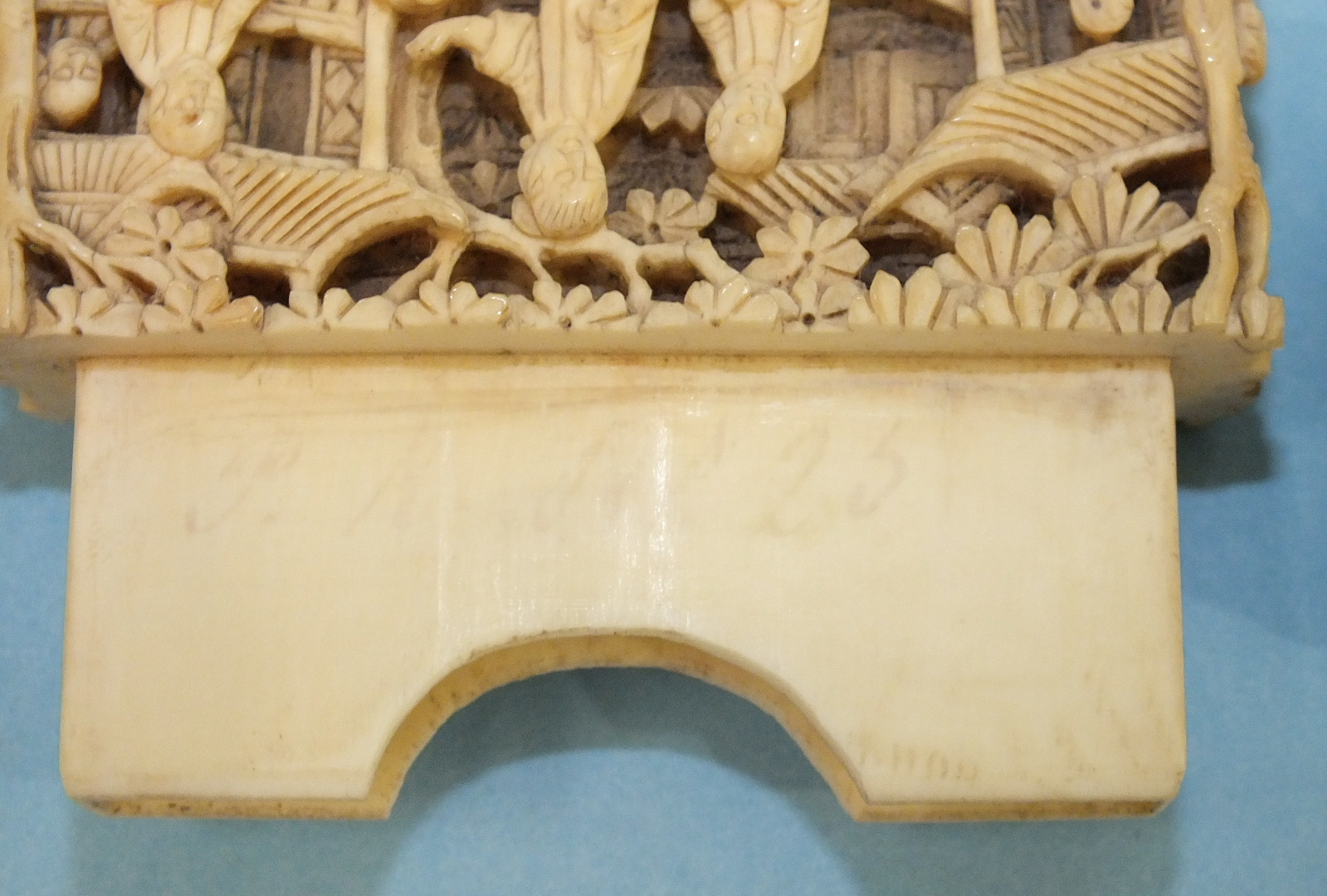 A 19th century Chinese ivory card case deeply-carved with figures in rural pursuits and garden - Image 9 of 11