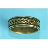 An 18ct gold wedding band with rope-twist and plait decoration, size N, 6g.