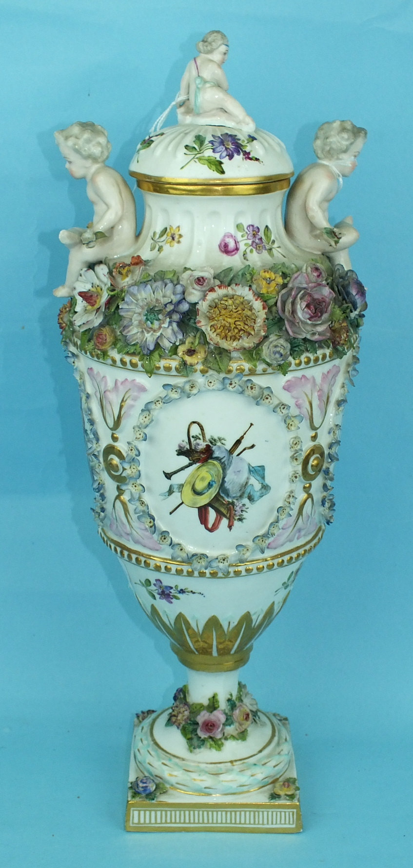 A large 19th century Continental porcelain vase and cover painted with an oval panel of a courting - Image 3 of 6
