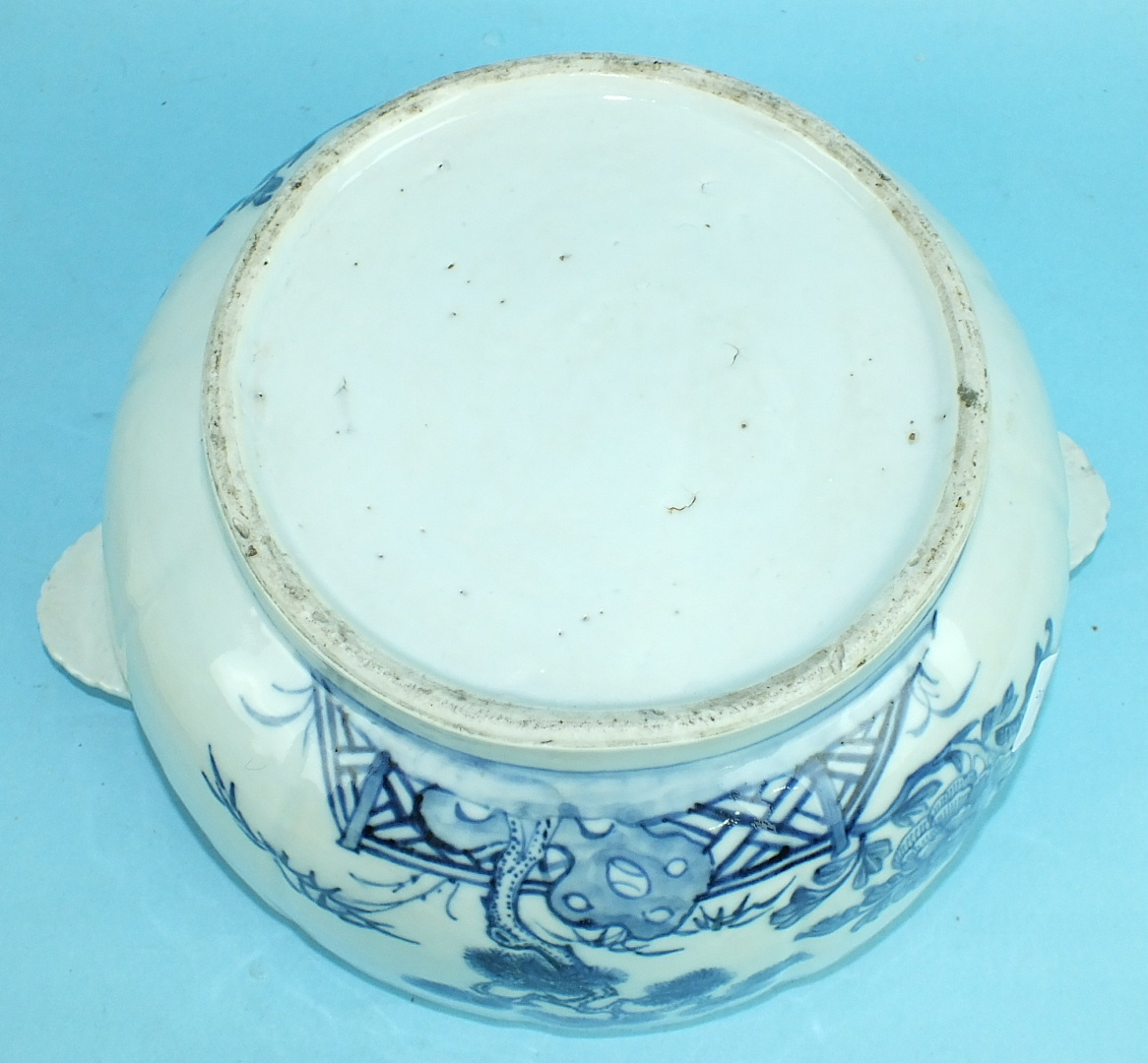 An 18th century Chinese porcelain circular tureen and cover decorated with landscapes, with shell - Image 4 of 4