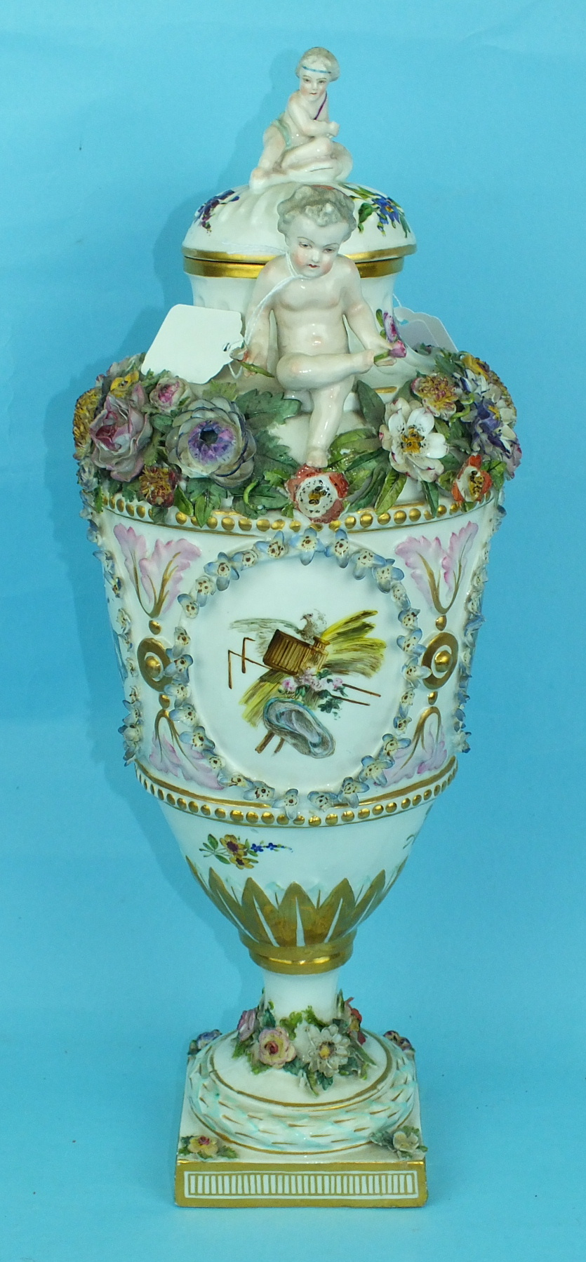 A large 19th century Continental porcelain vase and cover painted with an oval panel of a courting - Image 4 of 6