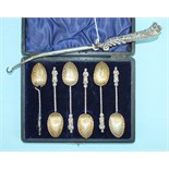 A cased set of six apostle teaspoons with shell bowls (one a/f), Birmingham 1902 and a button hook