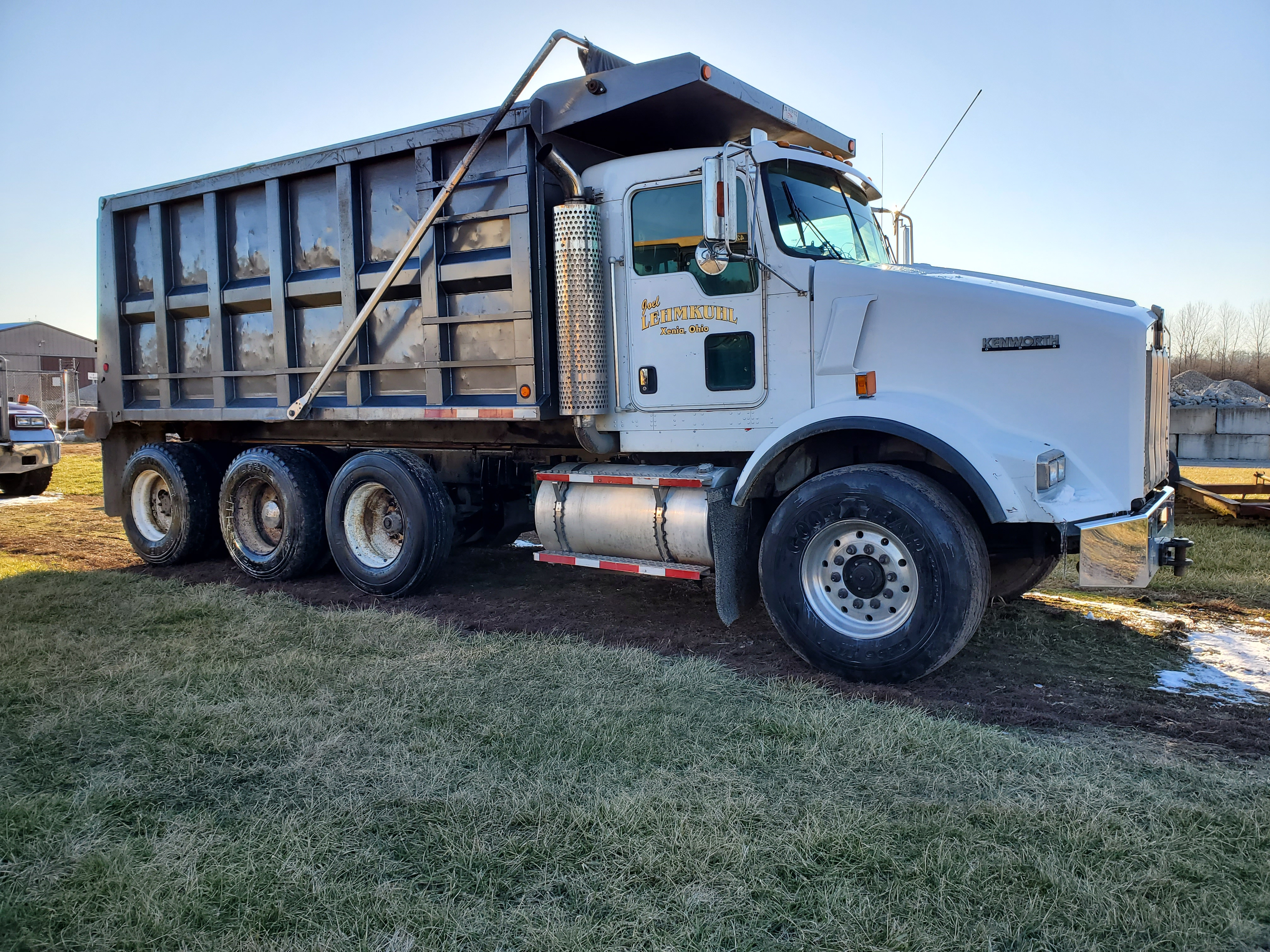 Lot 30 - 2004 Kenworth T-800, 385 HP, 46,000 lb Suspension, Eaton 10 Speed, Ox Bodies 16' Bed 487,097 Miles