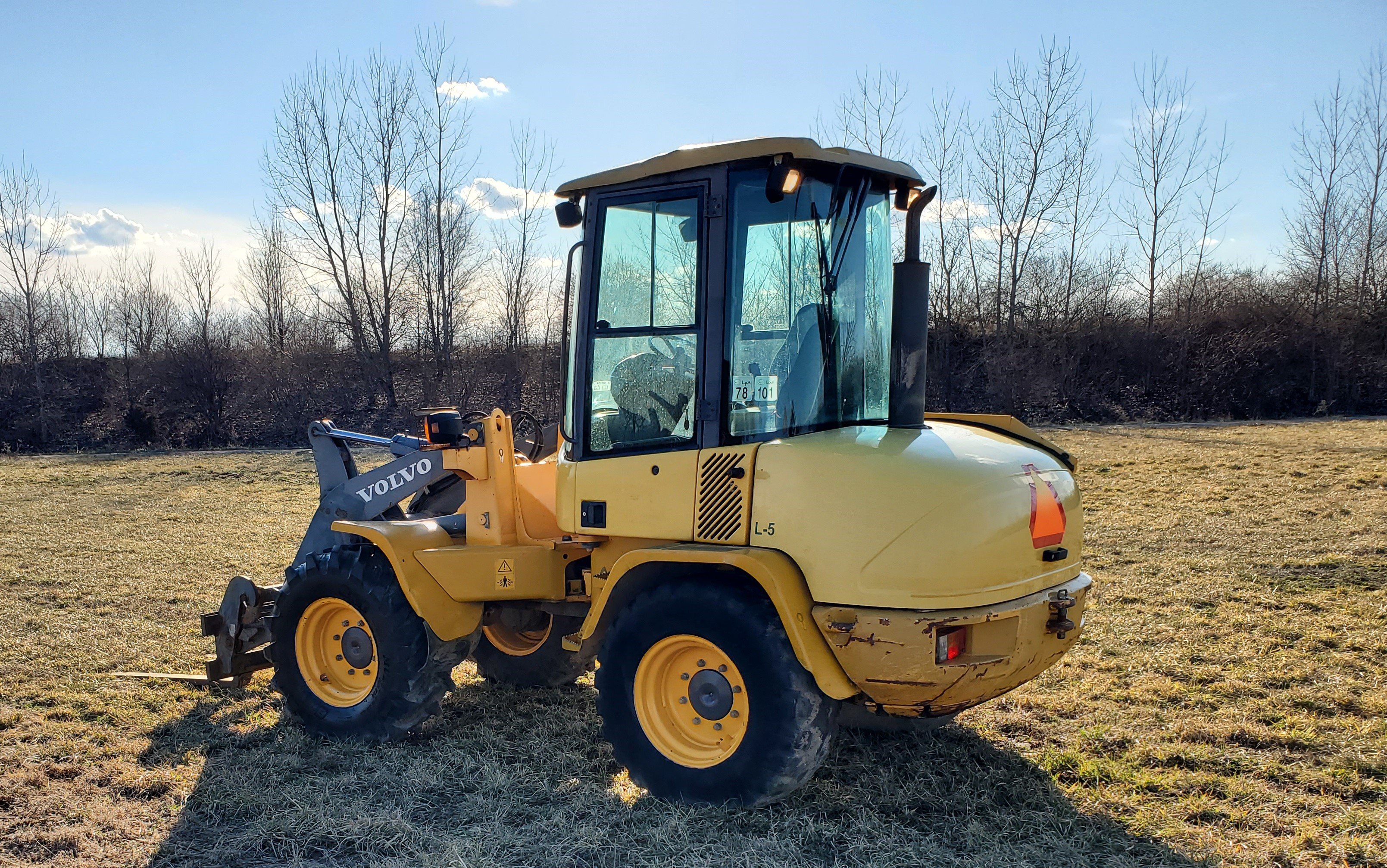 Lot 23 - Volvo Model L35B Wheel Loader w/ Quick Detach 79 in Bucket and Fork Attachment, Auxillary Hydraulics