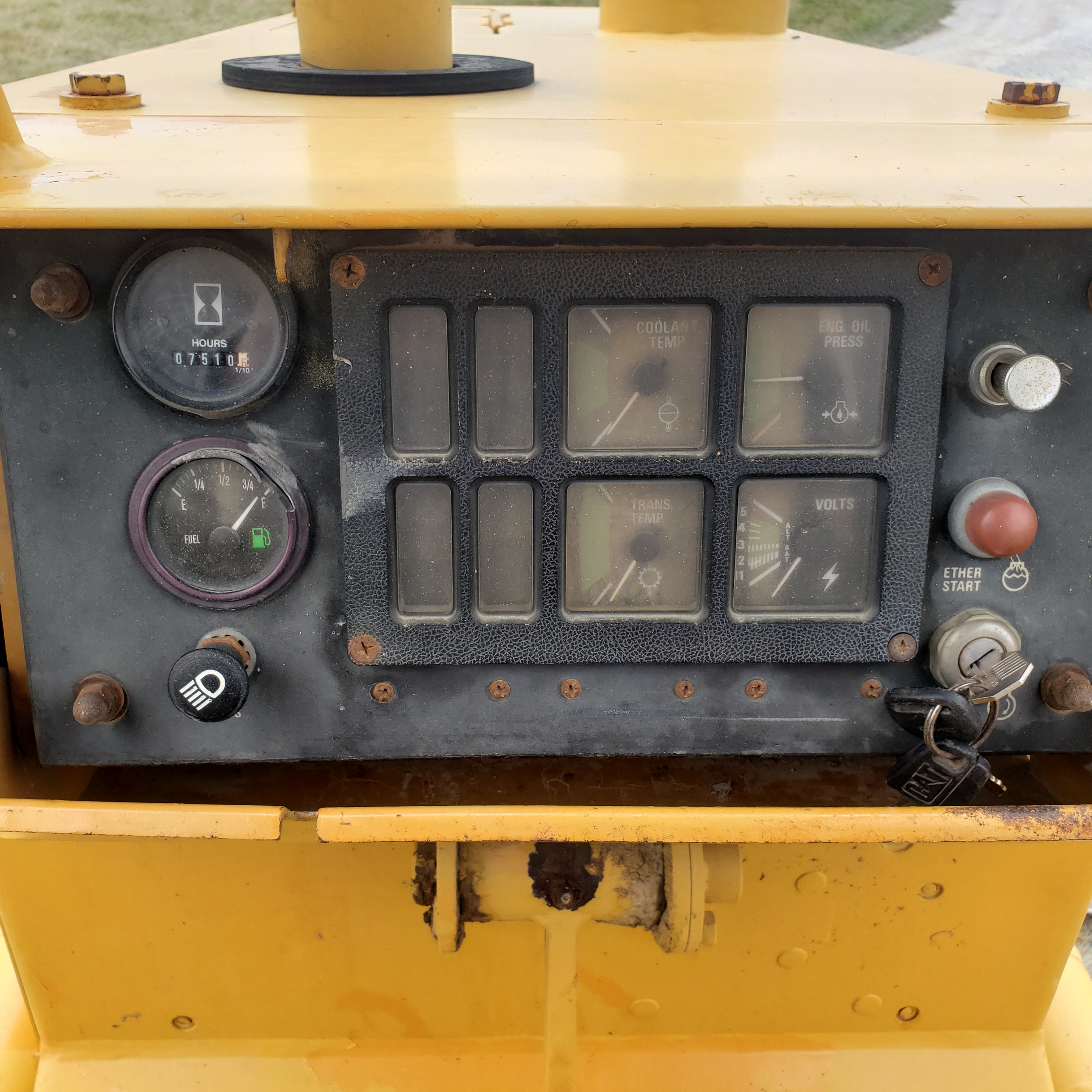 Lot 20 - Dresser Crawler Dozer Model TD-8H, 9' 6-Way Blade, Cummins Diesel, 7509 Hours, New in 1997