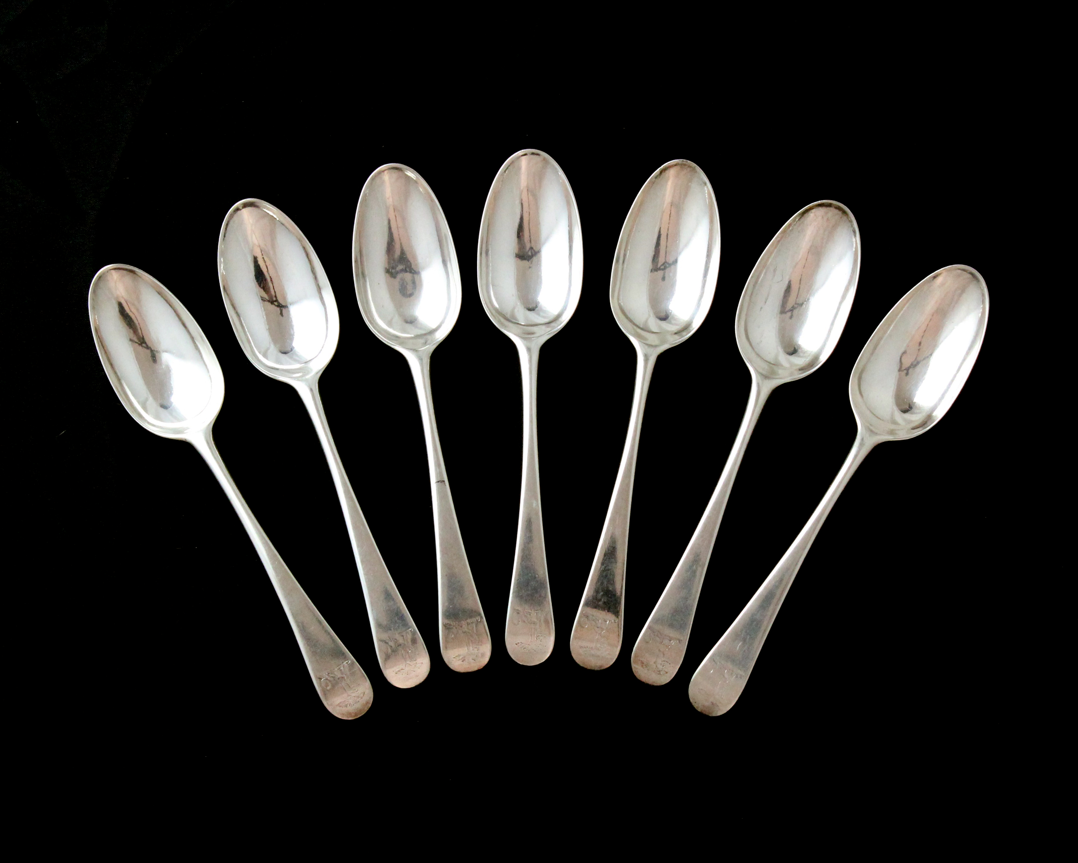 Los 1 - A set of seven antique George II Sterling Silver tablespoons by Isaac Callard circa 1750 in Old
