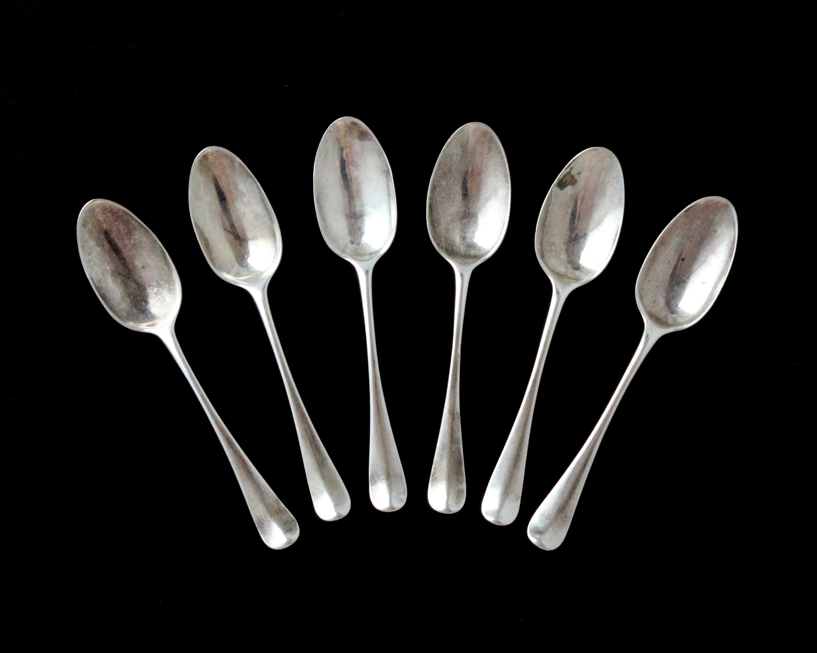 Los 4 - A set of six antique George II Sterling Silver dessert spoons by Philip Roker II, London 1730 in
