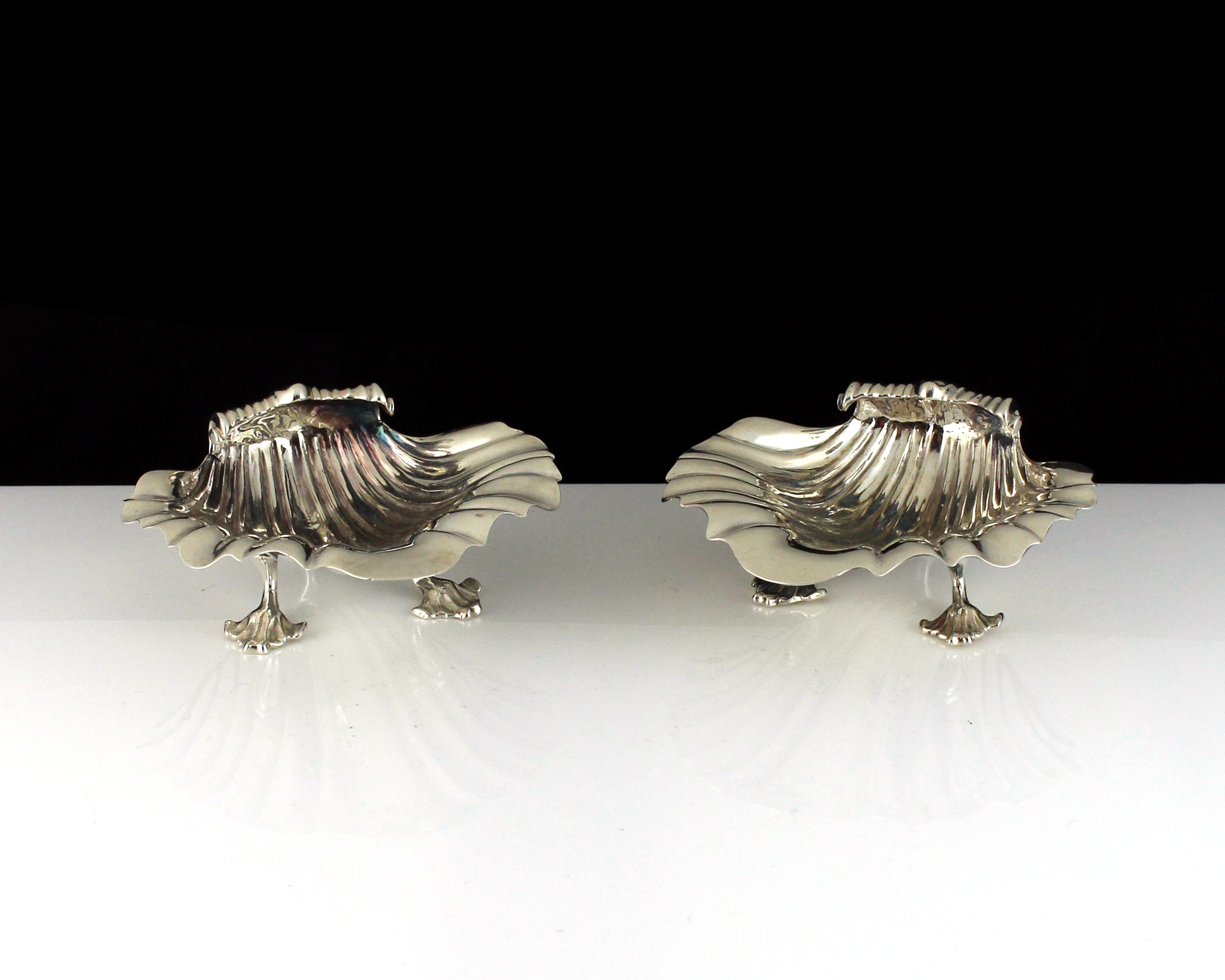 Los 35 - A pair of antique George IV Sterling Silver scallop shell salt cellars by George Fox, London 1827