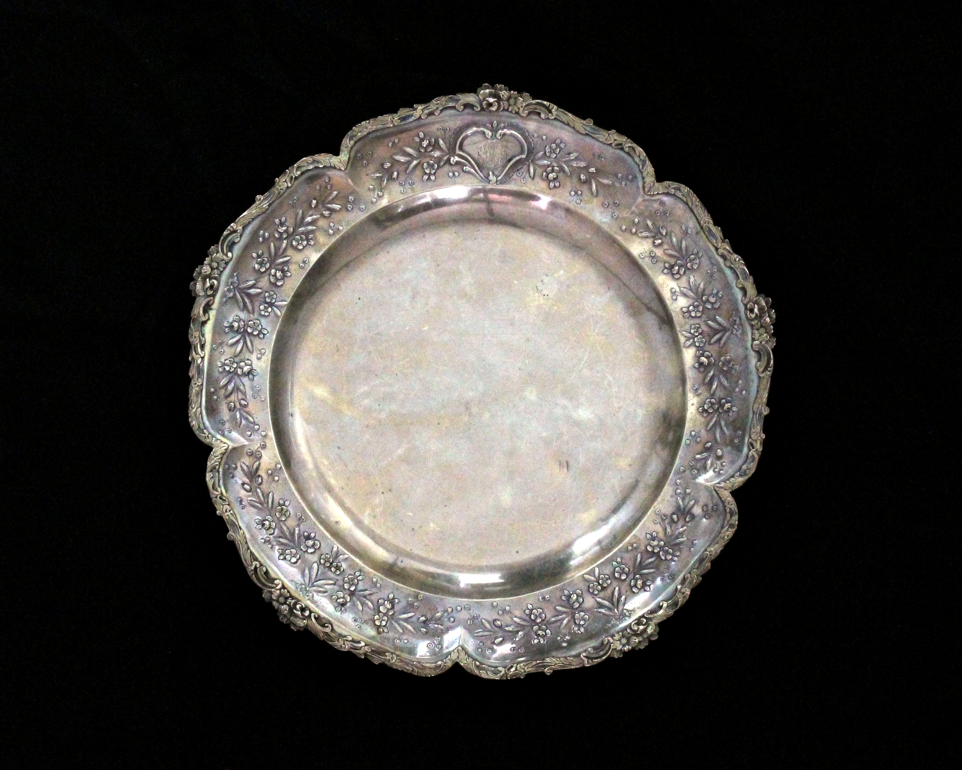 Los 44 - An antique French Silver meat / serving dish circa 1890 of circular form with a raised stylised