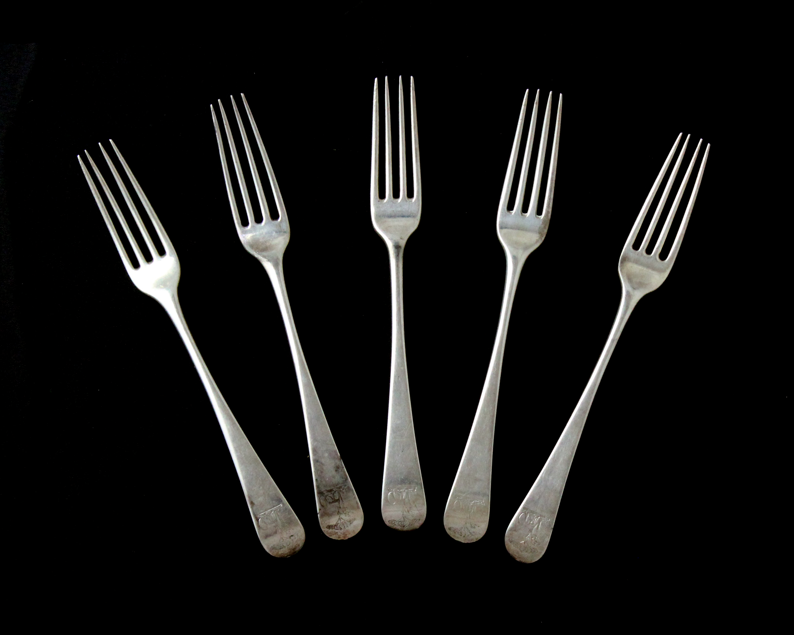Los 6 - A set of five antique George III Sterling Silver dinner forks maker's mark indistinct, London 1773