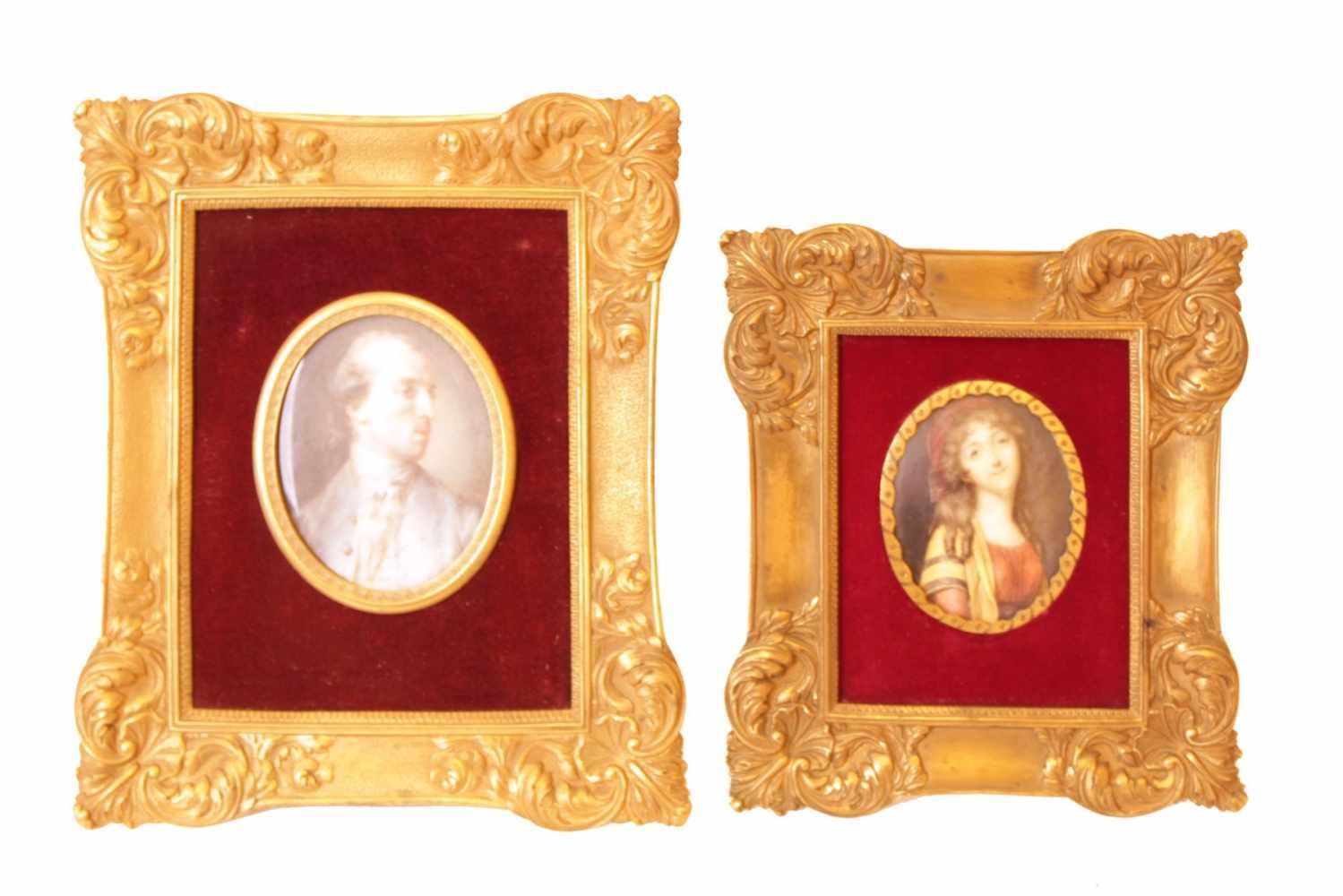 2 MINIATURPORTRAITS Elfenbein, Metallfassung mit Zierrand aus Messing vergoldet in rotem