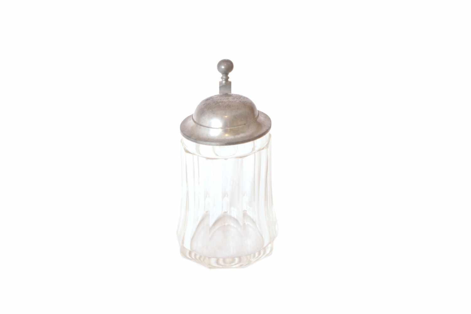 BIERKRUG MIT ZINNDECKEL Glas, farblos, gewölbte, facettierte Wandung, Höhe 15 cm, wohl Böhmen um