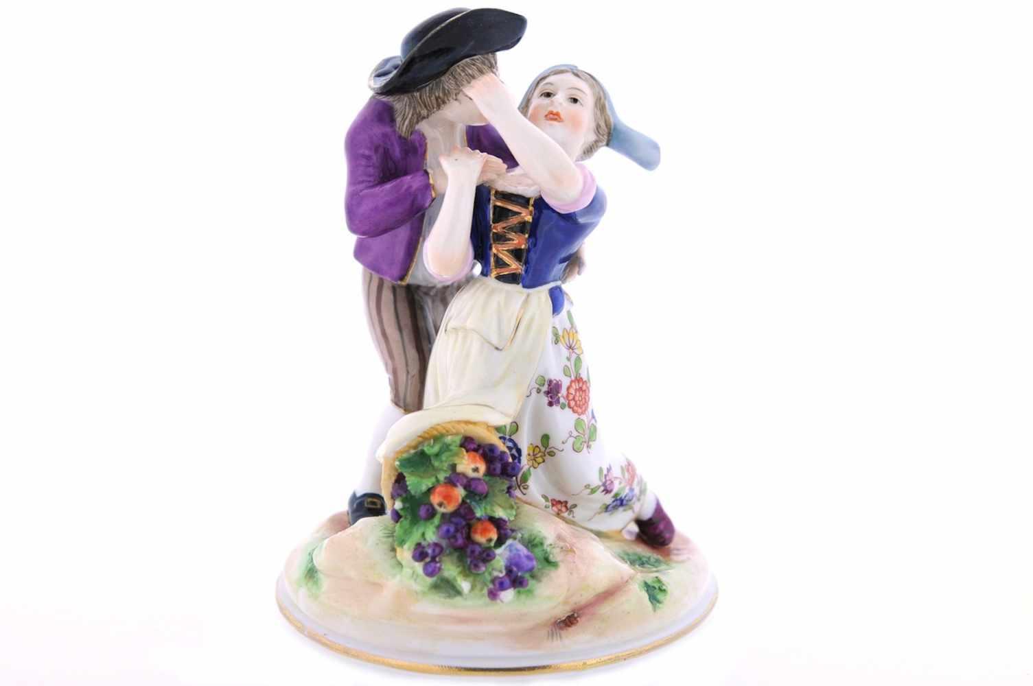 FIGURENGRUPPE Porzellan, bunt staffiert, ein ungestümer Bursche bedrängt ein Mädchen (#Metoo),