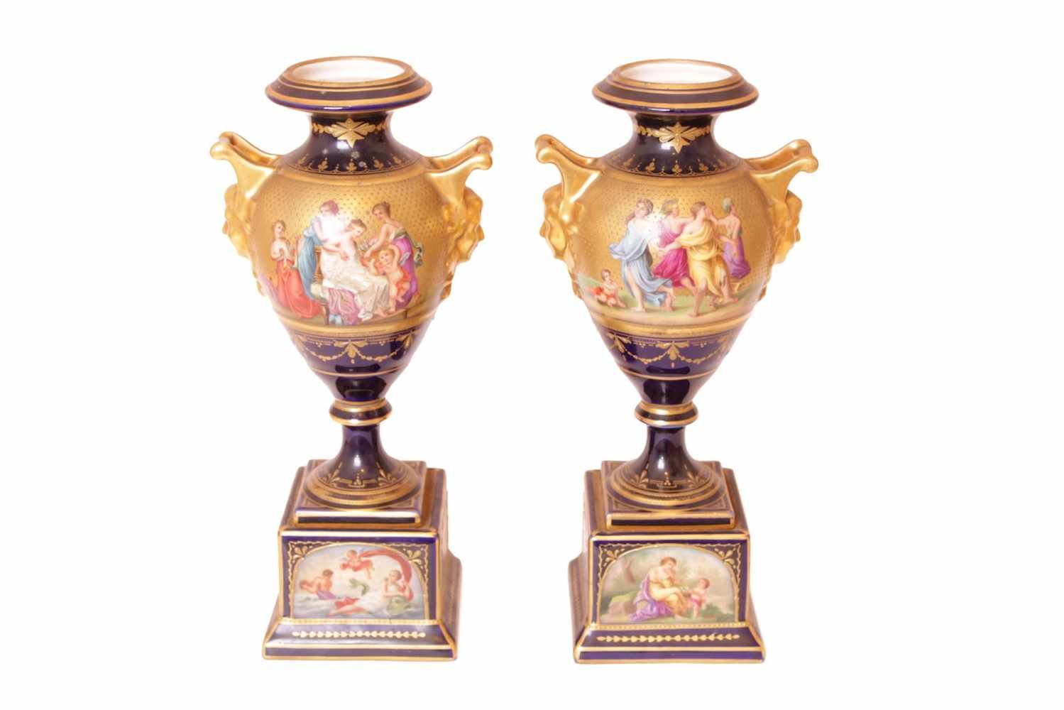PAAR VASEN Porzellanmanufaktur Augarten, Porzellan, mythologische Szenenbemalung auf goldenem