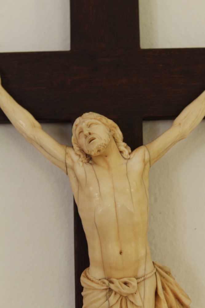 CHRISTUS AM KREUZ Wunderbare Elfenbein Schnitzerei, Maße Holzkreuz 65 x 36 cm, womöglich Russland - Image 2 of 2
