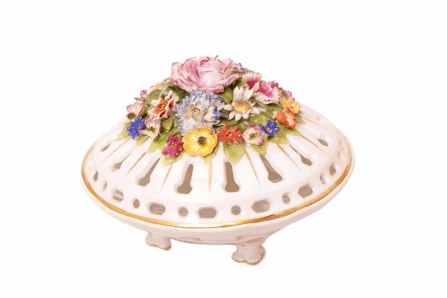 DUFTSCHÄLCHEN Porzellan, Herend, durchbrochener Deckel mit buntem plastischem Blumenbukett, Höhe
