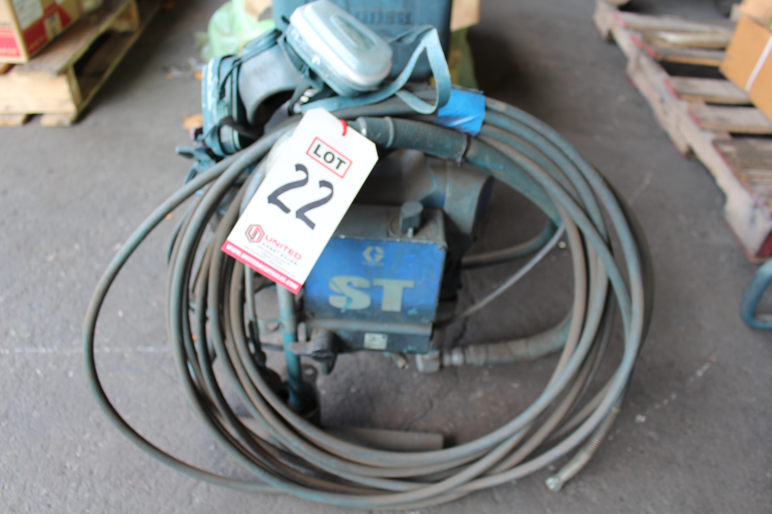 Lot 22 - GRACO AIR PAINT SPRAYING UNIT