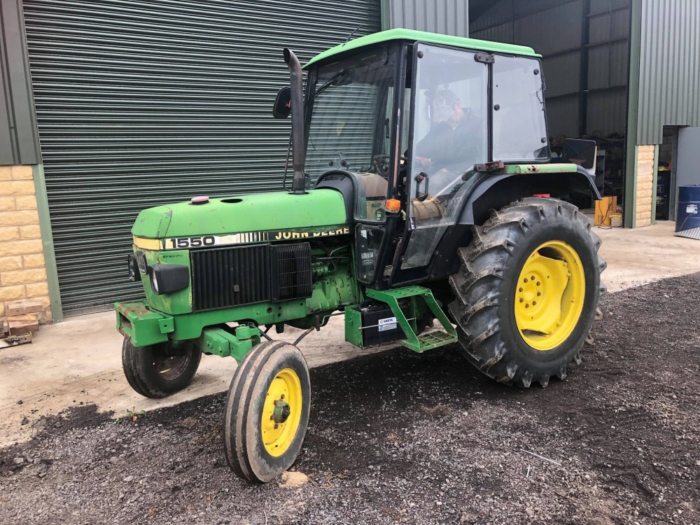 J reg JOHN DEERE 1550 2WD TRACTOR C/W PICKUP HITCH (LOCATION SHEFFIELD) 6084 HOURS, NO V5 (RING