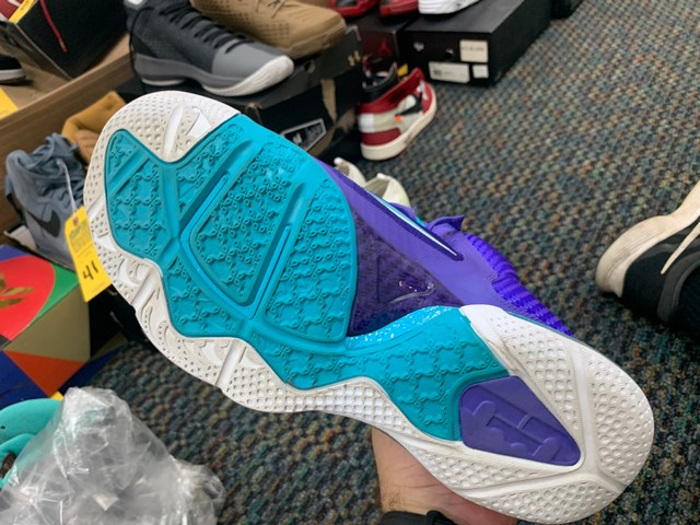 PAIR NIKE LEBRON JAMES CHARLOTTE HORNETS EDITION - MENS / SIZE 10 - Image 2 of 5