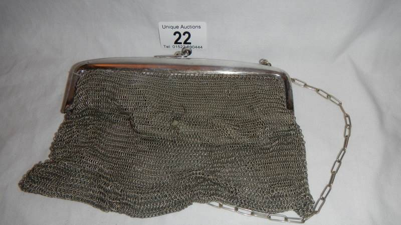 Lot 22 - A good Edwardian chain mesh evening purse (one small hole in mesh otherwise in good condition).