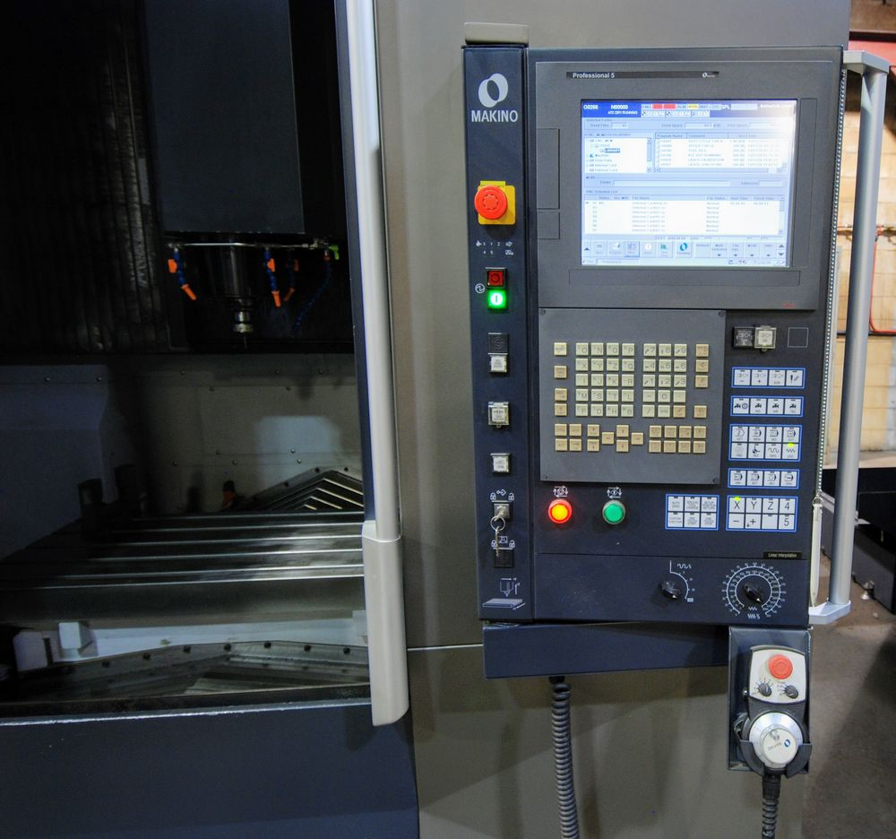 "Lot 8 - 2015 MAKINO F5 CNC Vertical Machining Center, s/n V150851 (7,686 Spindle Hrs), 20"" x 40"" Table ("